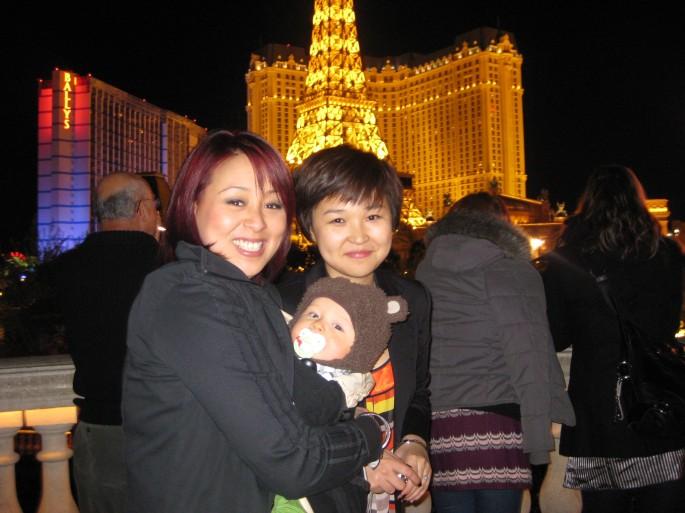 Alex, Jaxon & Helen waiting for the Bellagio fountain show.